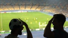 Män ger högt-fem efter lagseger på konkurrens spännande med fotbollsmatchen arkivfilmer