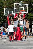 Män hoppar, medan slåss för boll i gatabasketturnering Royaltyfri Fotografi
