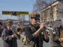 Män, i att spela för marschmusikband royaltyfria bilder