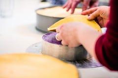 Män i bakelse shoppar bagerit som gör klara pajer och kakor arkivfoto