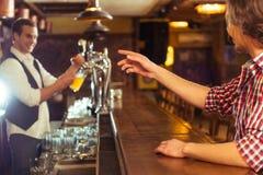 Män i bar royaltyfria foton