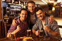 Män i bar Arkivfoto