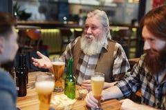 Män i bar royaltyfri bild