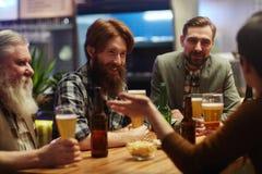 Män i bar royaltyfria bilder