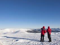 Män i bergen i vinter fotografering för bildbyråer