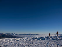 Män i bergen i vinter arkivfoton