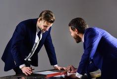 Män i dräkt eller affärsmän med spänt uttryck arkivfoto