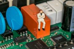Män i ett datorbräde Arkivbild