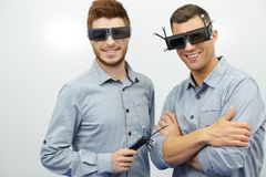 Män i exponeringsglasvirtuell verklighetlekar arkivfoton