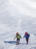 Män i snöskor går i bergen fotografering för bildbyråer
