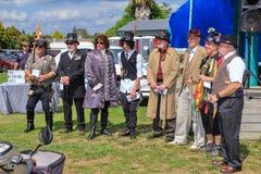 Män i steampunk och retro dräkter royaltyfri bild
