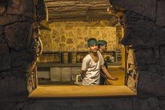 Män i traditionellt restaurangkök Fotografering för Bildbyråer