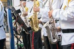 Män iklädd vit och svartdräkter, spelar musikbandet royaltyfria bilder