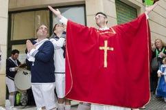 Män klädde medlemmar av katolska kyrkan Arkivbilder