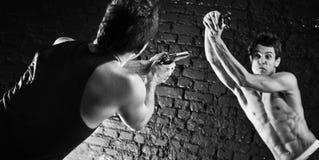 Män med att slåss för trycksprutor Royaltyfri Foto