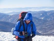 Män med en kamera i bergen i vinter royaltyfri fotografi