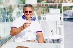 Män med ett exponeringsglas av champagne Royaltyfri Fotografi