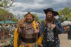 Män med medeltida dräkter Arkivfoton