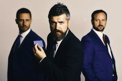 Män med skägget och beslutsamma framsidor annonserar företaget och partnerskap arkivfoto