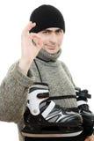 Män med skridskor göra en gest shows okay arkivfoton