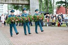 Män militär och gamal manfarfarveteran av det andra världskriget i medaljdag av segerMoskva, Ryssland, 05 09 2018 royaltyfri fotografi