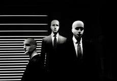 Män modellerar i svart frack på ställa ut på svart bakgrund Royaltyfria Foton
