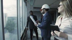 Män, moman i dräkt, hård hatt och svart man arkivfilmer