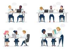 Män och kvinnafolk som sitter, arbetar på skrivbordet och står i modernt kontor, arbetar på datorer och talar med stock illustrationer