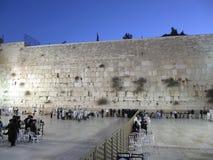 Män och kvinnor ber på den att jämra sig väggen tidigt på morgonen i Jerusalem arkivbilder