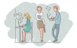 Män och kvinnor i kontorsarbetet med bärbara datorer Arkivfoto