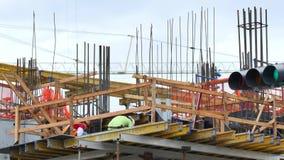 Män på arbete på en konstruktionsplats stock video