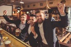 Män på baren royaltyfria bilder