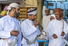 Män på en marknad i Nizwa Royaltyfri Bild