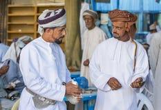 Män på en marknad i Nizwa Royaltyfria Foton