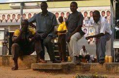 Män på en petrolstation i Burundi. Royaltyfri Foto
