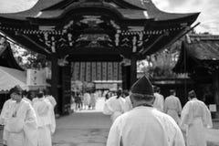 Män på Kitano Tenmangu Shrine Royaltyfri Bild