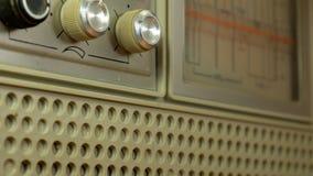 Män räcker att trimma tappningradion Män slår den solida gamla radiovisartavlan stock video