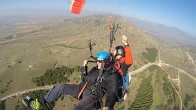 Män som är rädda medan paragliding Royaltyfri Fotografi