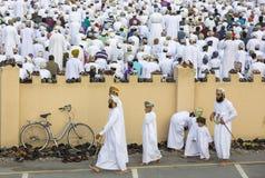 Män som ankommer för att be i en morgon av Eid al Fitr Royaltyfri Foto
