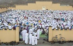 Män som ankommer för att be i en morgon av Eid al Fitr Royaltyfri Fotografi
