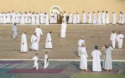 Män som ankommer för att be i en morgon av Eid al Fitr Royaltyfria Bilder
