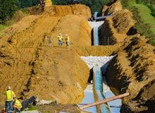 Män som arbetar på bergdalrörledningen, Bent Mountain, Virginia, USA Arkivbild