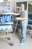 Män som arbetar på ett sterilisera ställe i sjukhuset Fotografering för Bildbyråer