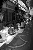 Män som ber på en upptagen gata i Istanbul Arkivbilder