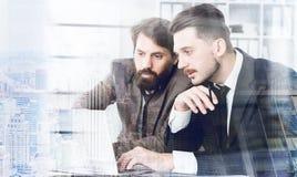 Män som diskuterar dubbel exponering för projekt Royaltyfri Bild