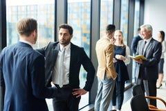Män som diskuterar funktionsdugliga ögonblick royaltyfria foton