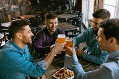 Män som dricker öl i bar royaltyfria bilder