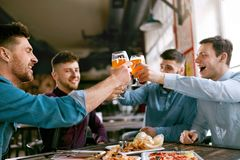 Män som dricker öl i bar royaltyfri foto