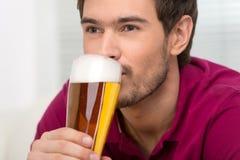 Män som dricker öl. Stående av stiliga unga män som dricker öl Royaltyfri Fotografi