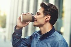 Män som dricker kaffe Närbild av män som utomhus dricker kaffe Royaltyfria Bilder